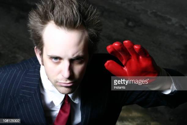 Homme portant des gants rouges et Agiter les mains
