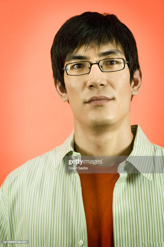 Man wearing spectacles, looking away, close-up : Stockfoto