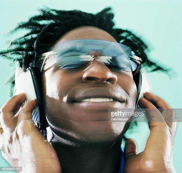 man wearing sunglasses and headphones, portrait - l'uomo e la macchina foto e immagini stock