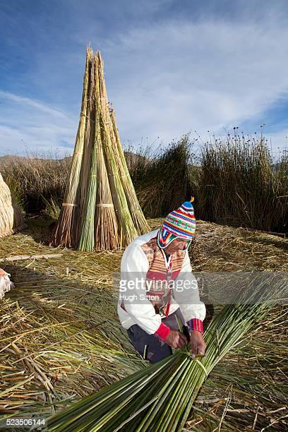 man wearing traditional costume on the uro islands. puno, peru. - hugh sitton foto e immagini stock
