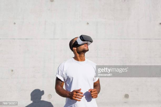 man wearing virtual reality glasses - simulatore di realtà virtuale foto e immagini stock