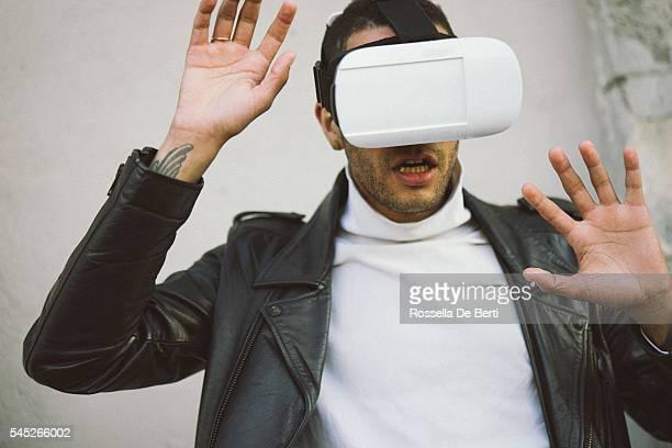 Homem com Óculos de realidade virtual auscultadores com microfone