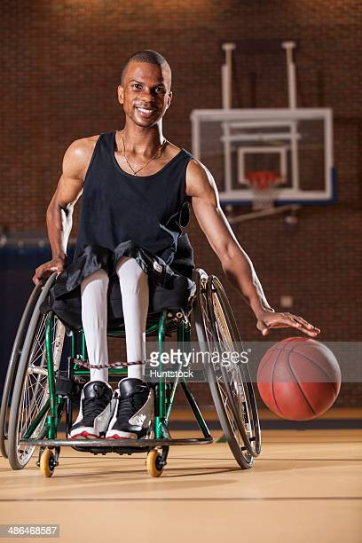 man who had spinal meningitis in wheelchair dribbling basketball - meningite - fotografias e filmes do acervo