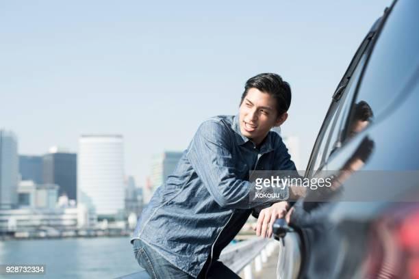 車の外から話す人。