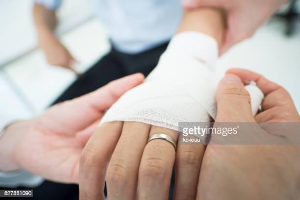 結婚指輪を着ていた男は傷害のための手当を受け取る医者を得た - finger injury ストックフォトと画像
