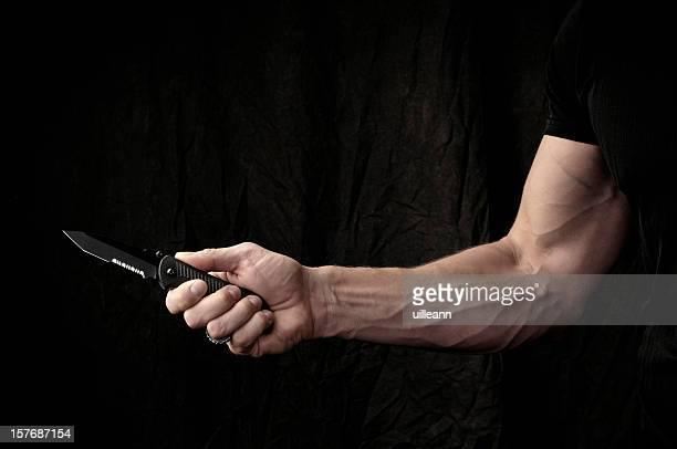 Mann Essen mit Messer