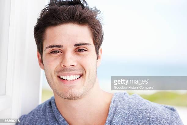 uomo con incantevole sorriso - ventenne foto e immagini stock