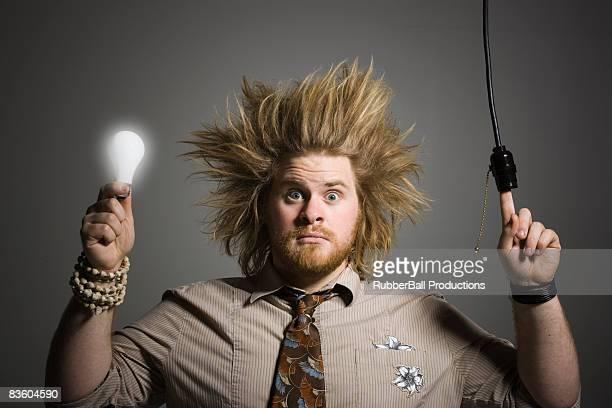 Mann mit einer Glühbirne