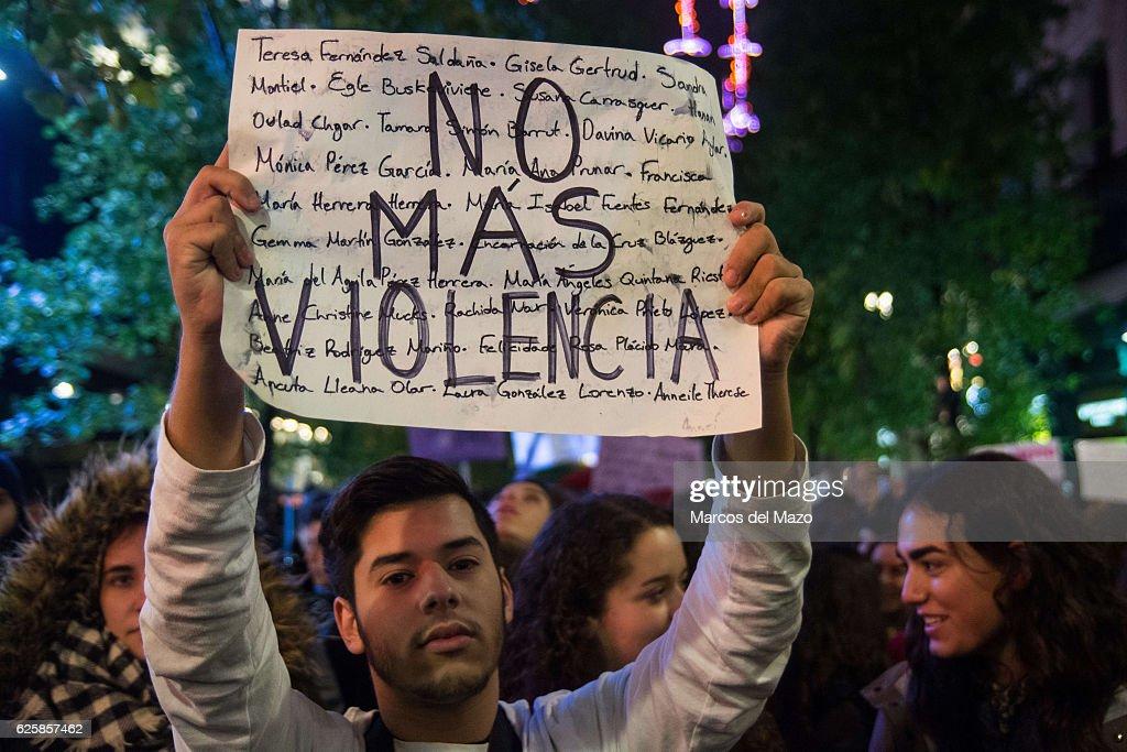 "A man with a placard that reads ""No more violence""... : Fotografía de noticias"