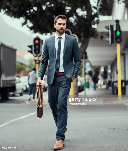 homme avec un plan en mouvement - crossbody bag photos et images de collection