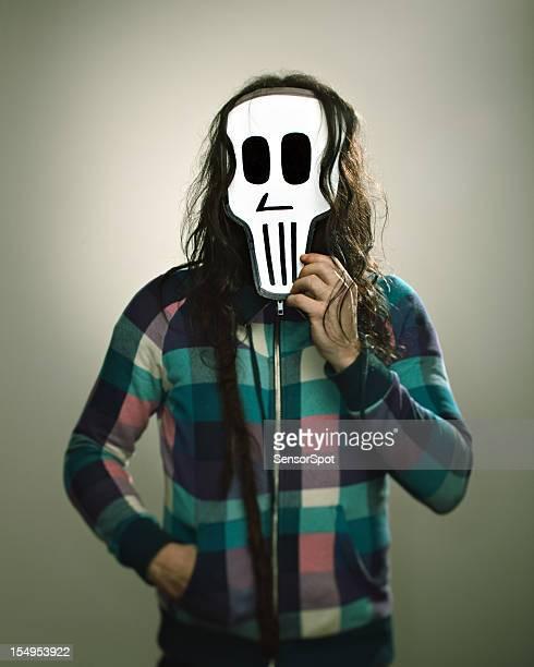 Homme avec un masque de crâne