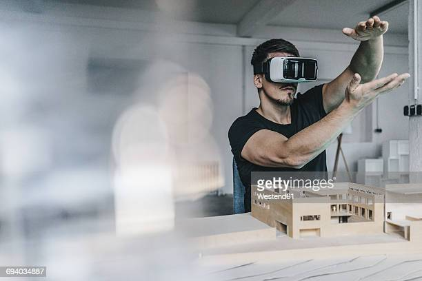 man with architectural model and vr glasses - simulatore di realtà virtuale foto e immagini stock