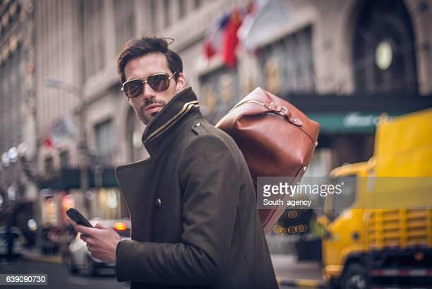 Hombre con bolsa