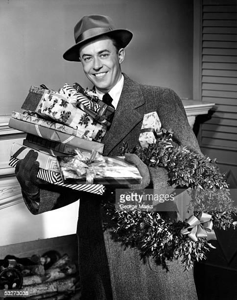 man with christmas gifts - noel noir et blanc photos et images de collection