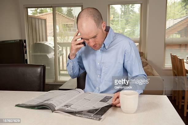 男性、コーヒーのコンドミニアム - クラシファイド広告 ストックフォトと画像