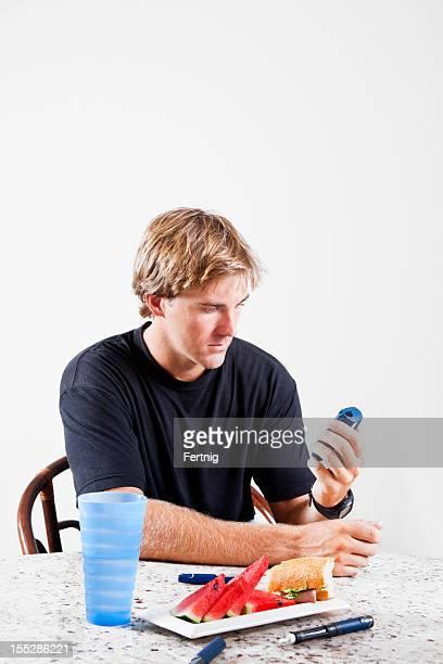 Hombre con diabetes, controlar los niveles de glucemia