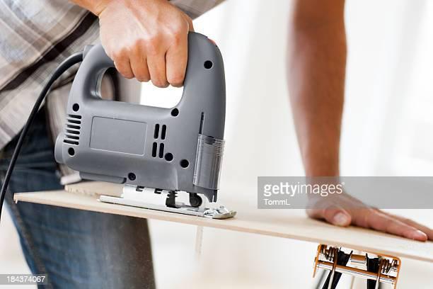 Mann mit Elektrosäge