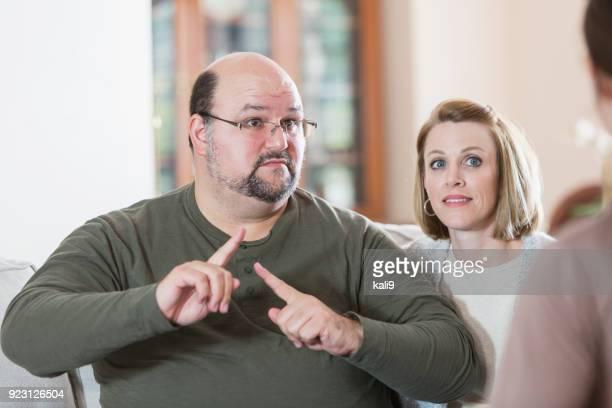 man met familie, met gebarentaal - gebaren stockfoto's en -beelden