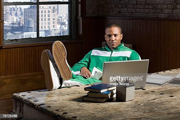 Africain-américain Homme d'affaires avec les pieds sur le bureau