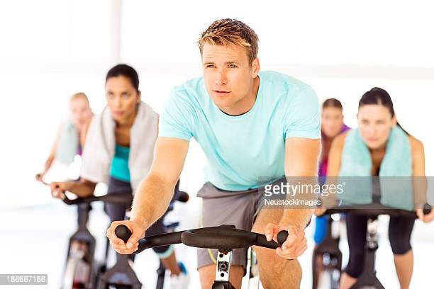男性、女性の友人のサイクルサイクリングマシンでのジム