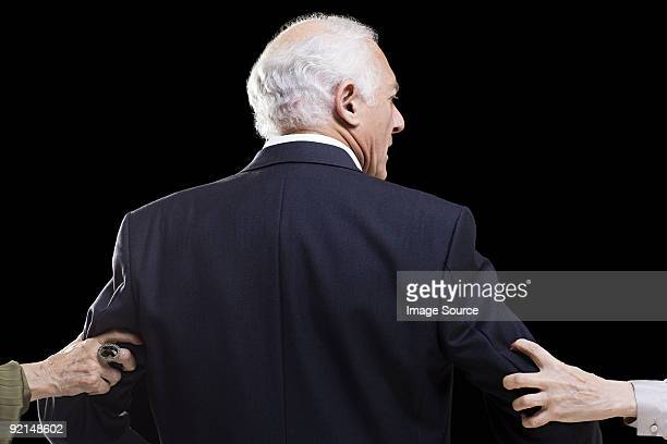 Hombre con las manos va his arms