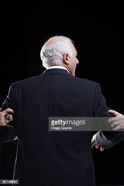 Mann mit weiblichen Hände halte die Arme