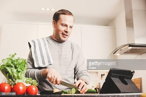 Homme avec des légumes dans la cuisine