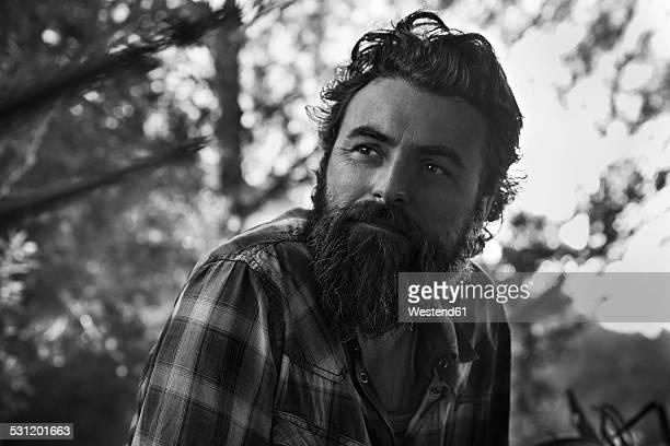 man with full beard thinking - blanco y negro fotografías e imágenes de stock