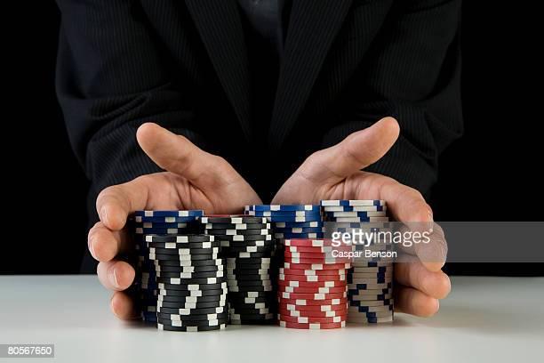 a man with gambling chips - ficha de apostas - fotografias e filmes do acervo