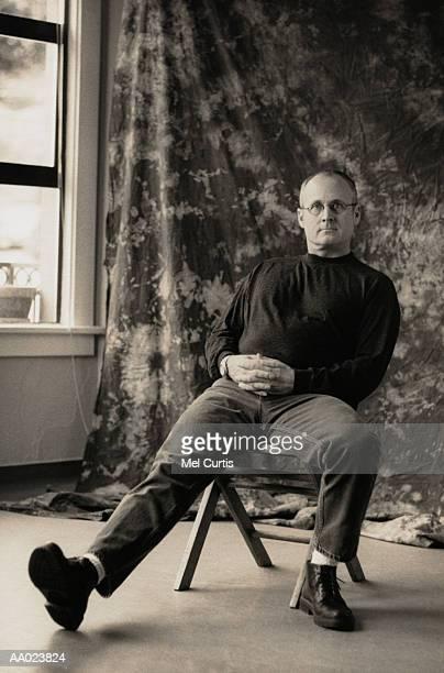 man with glasses - cadeira dobrável - fotografias e filmes do acervo