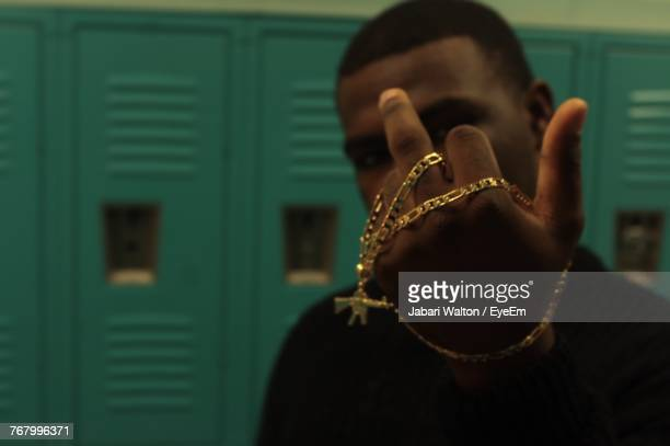 man with gold chain showing middle finger - gold chain necklace stock pictures, royalty-free photos & images