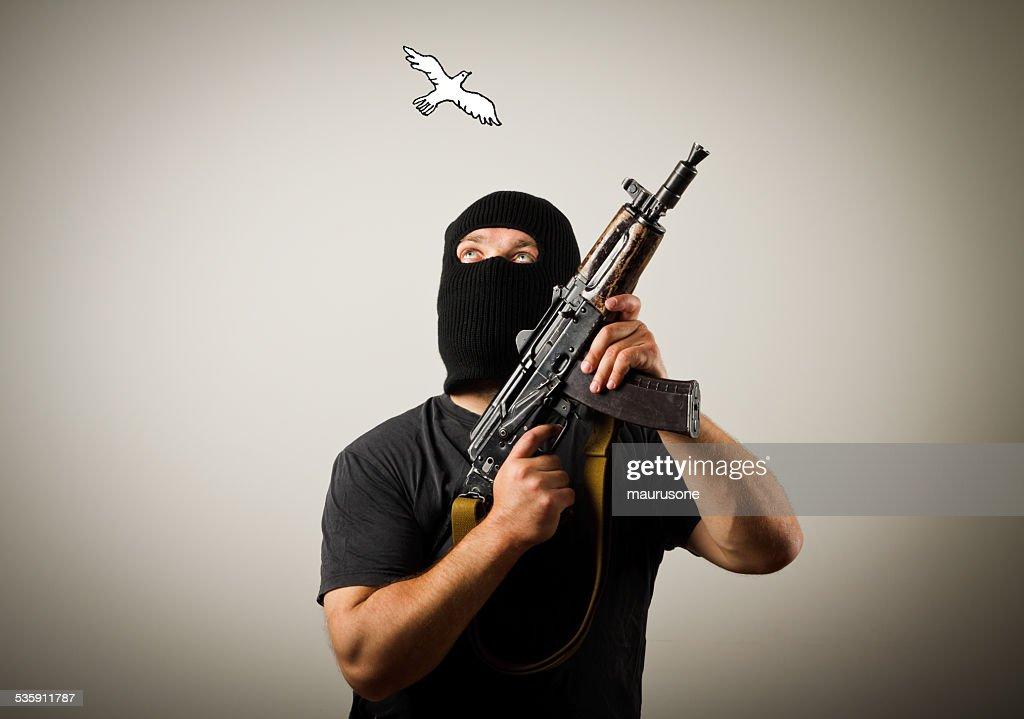 Hombre con arma y palomas de la paz. : Foto de stock