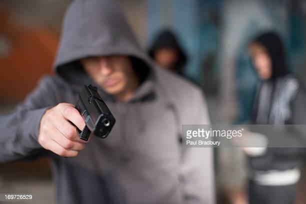 Mann mit Waffe auf Betrachter Spitz
