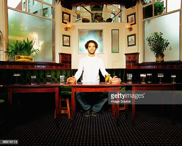 Mann mit Heiligenschein im pub