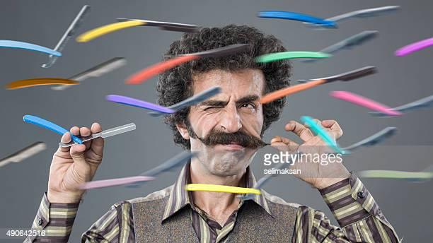 Homem com punho de Bigode confrontar a voar Navalhas e aparelhos, de Barbear