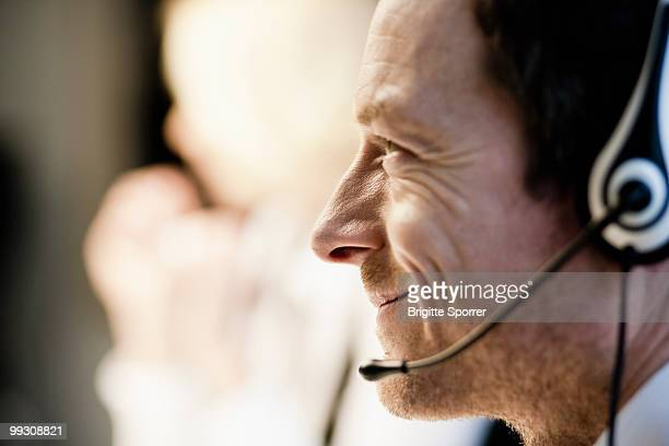 man with headset - telefoonberoep stockfoto's en -beelden
