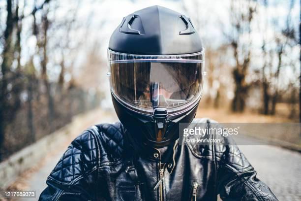 homme avec le casque sur la moto - casque de protection au sport photos et images de collection