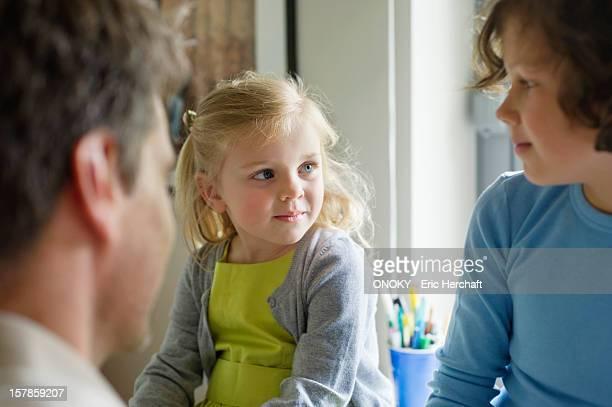 man with his children at home - onoky stock-fotos und bilder