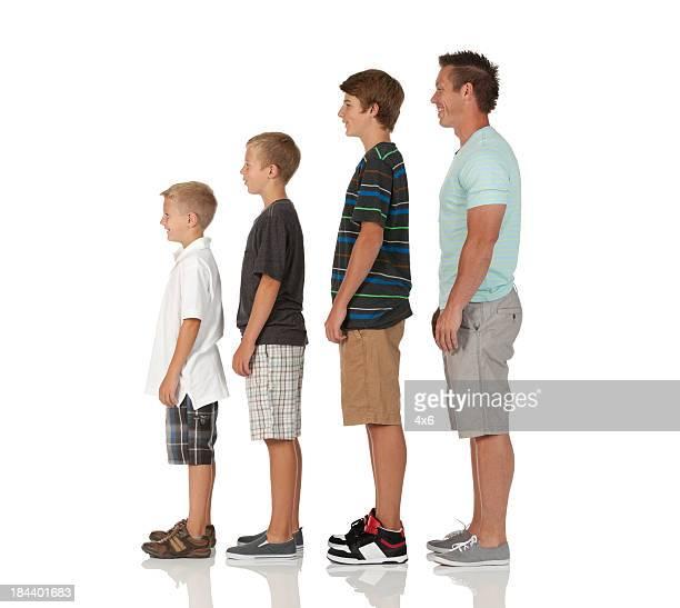 Homme avec ses enfants debout dans une rangée