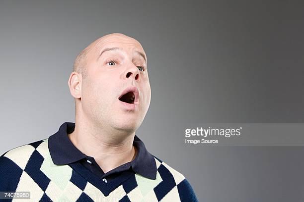 Mann mit seinem Mund öffnen