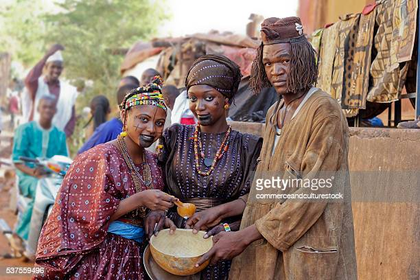 a man with his two wives - femme mali photos et images de collection
