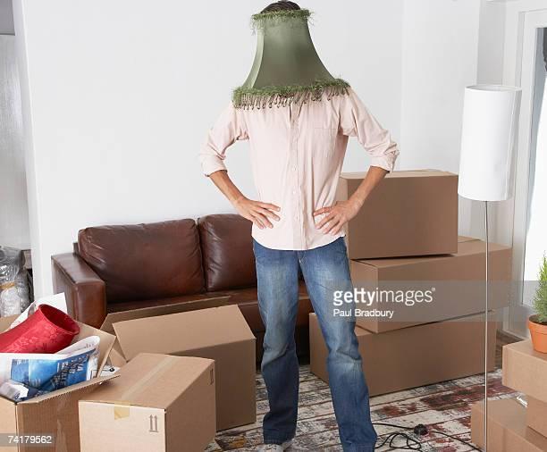 homme avec abat-jour sur rendez-vous à la maison avec des boîtes en carton - demenagement humour photos et images de collection