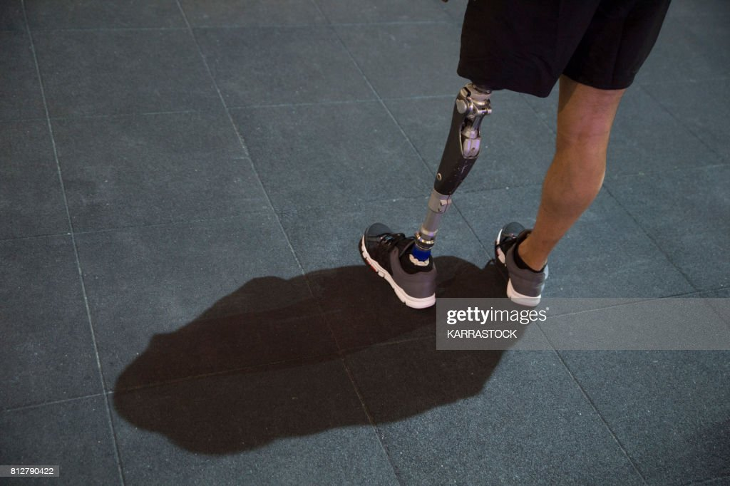 Man with leg amputated in the gym : Stock Photo