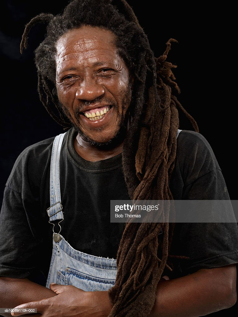 Man with long dreadlocks, smiling, portrait, close-up : Stockfoto