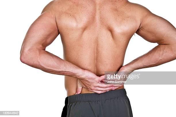 Mann mit Schmerzen im unteren Rücken