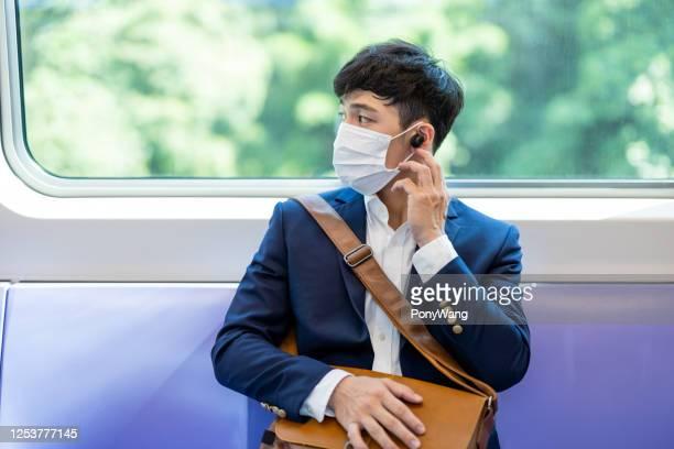 mrtのマスクを持つ男 - ブルートゥース ストックフォトと画像
