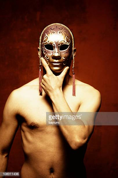uomo con maschera - maschere veneziane foto e immagini stock