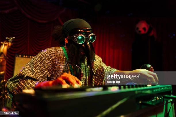 mannen med masken som spelar musik på scen - klaverin och tangentinstrument bildbanksfoton och bilder