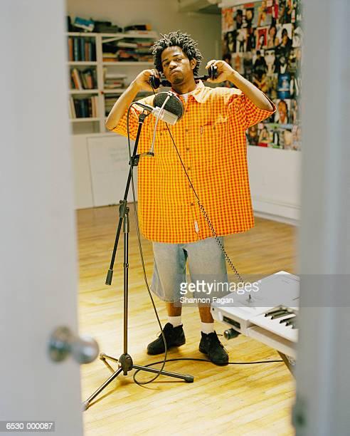 man with microphone - rasta photos et images de collection