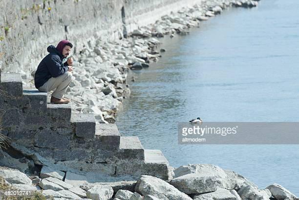 Mann mit Handy auf einem pier